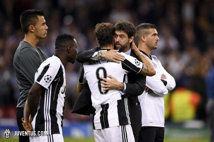 Presiden Juventus Andrea Agnelli memeluk para pemain pasca-kekalahan dari Real Madrid pada laga final Liga Champions, Sabtu (3/6/2017).