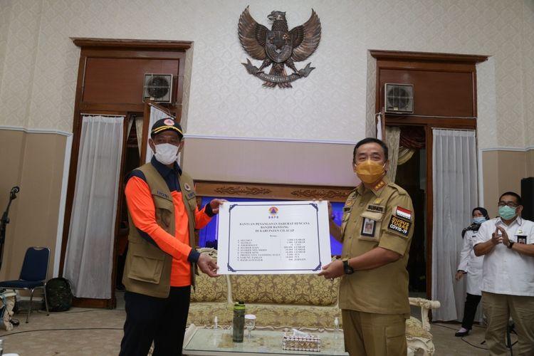 Bupati Cilacap Tatto Suwarto Pamuji (kanan) dan Kepala BNPB Letjen Doni Monardo di Cilacap, Jawa Tengah, Jumat (4/12/2020).