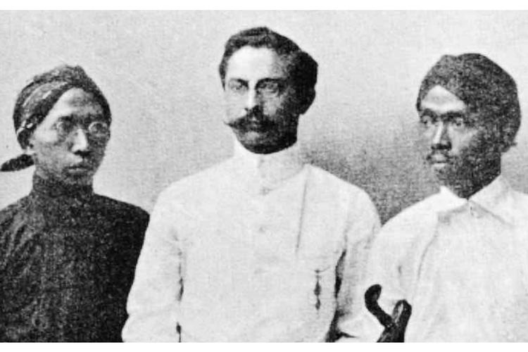 Dari kiri: Soewardi Soerjaningrat, Douwes Dekker, dan dr Tjipto Mangoenkoesoemo. (Harry A Poeze, et al., In Heat Land van de Overheerser: Indonesiers in Nederland, 1600-1950, Dordrecht Foris Publications, 1986).