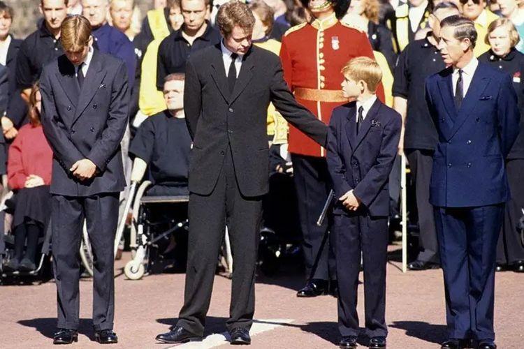 Pangeran Charles (paling kanan) memakai setelan jas biru dongker di pemakaman Putri Diana.
