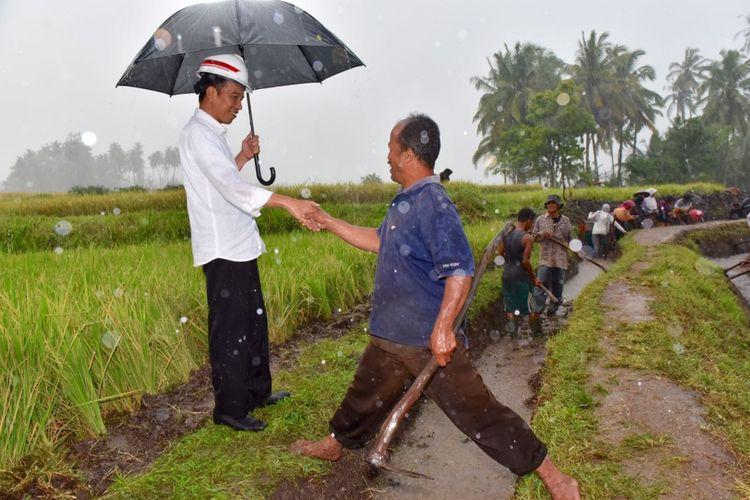 Presiden Joko Widodo saat meninjau pembangunan jalur irigasi di Kabupaten Tanah Datar, Sumatera Barat, Kamis (8/2/2018).