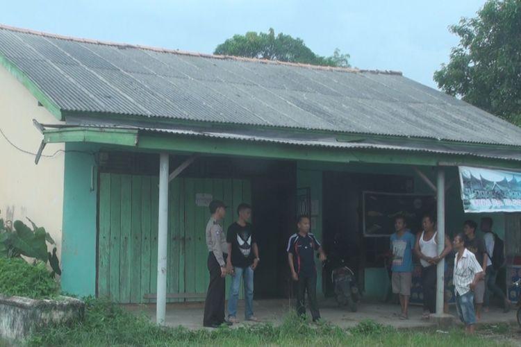 Inilah rumah tempat peristiwa pembunuhan sadis IA, seorang wanita muda, yang dibunuh dan diperkosa lalu dibakar dengan keji oleh pelaku yang jumlahnya lima orang. Lokasi rumah kontrakan ini 45 kilometer dari kota Palembang, Sumsel.