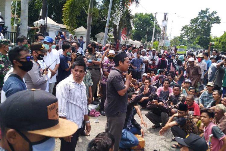 Suasana aksi di kantor camat Kediri