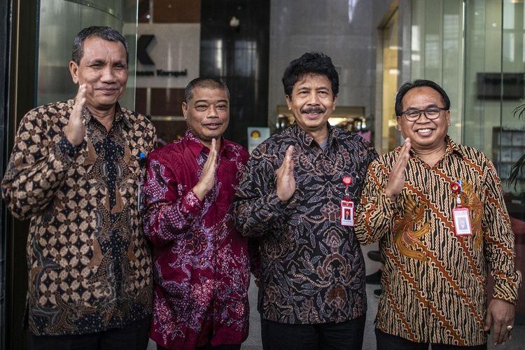 Kepala Badan Pembinaan Ideologi Pancasila (BPIP) Yudian Wahyudi (kedua kanan) bersama Sekretaris Utama BPIP Karjono (kanan), Staf Khusus Dewan Pengarah BPIP Romo Antonius Benny Susetyo (kedua kiri) dan Deputi Pencegahan KPK Pahala Nainggolan, berfoto bersama seusai melakukan pertemuan di Gedung KPK, Jakarta, Senin (17/2/2020). Pertemuan tersebut membahas kerjasama pendidikan Pancasila untuk kalangan muda. ANTARA FOTO/Aprillio Akbar/ama.