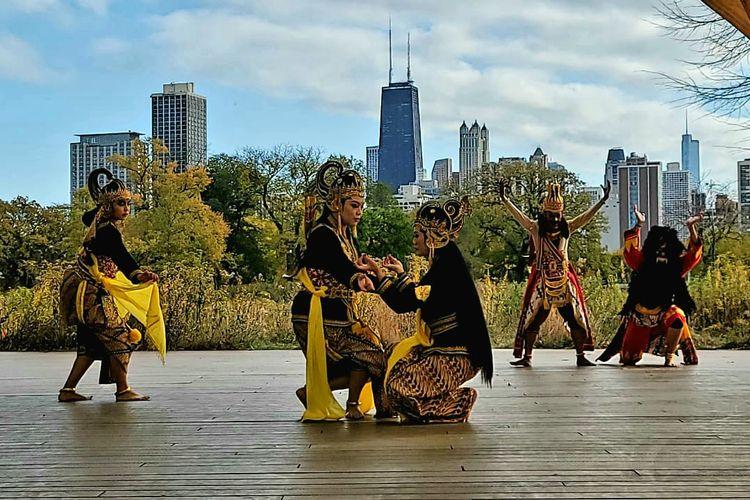 Sendratari Ramayana yang dipentaskan online oleh tim tari KJRI Chicago, berkolaborasi dengan International Ramayana Institute of North America (IRINA) pada 7 November 2020. Pementasan ini adalah bagian dari rangkaian acara IRINA 4th International Ramayana Conference (IRC),