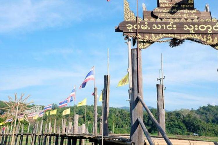 Jembatan bambu Su Tong Pae sepanjang 500 meter dikitari sawah di desa Ban Kung Mai Sak, Provinsi Mae Hong Son, Thailand.