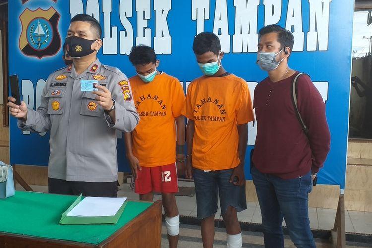 Kapolsek Tampan Kompol Hotmartua Ambarita memperlihatkan barang bukti yang diamankan dari dua tersangka jambret, MI (19) dan ZAP (19), saat menggelar konferensi pers di Polsek Tampan, Kota Pekanbaru, Riau, Selasa (24/11/2020).