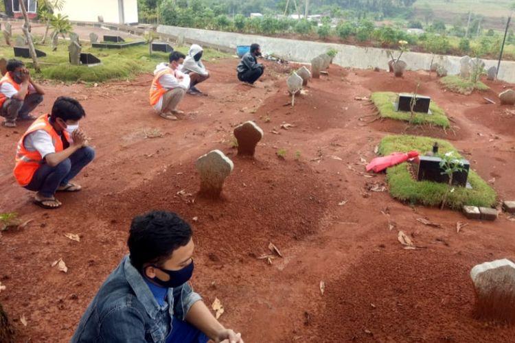 Warga yang melanggar prokes dihukum berdoa bersama-sama di TPU Jatisari Mijen, Selasa (27/10/2020).