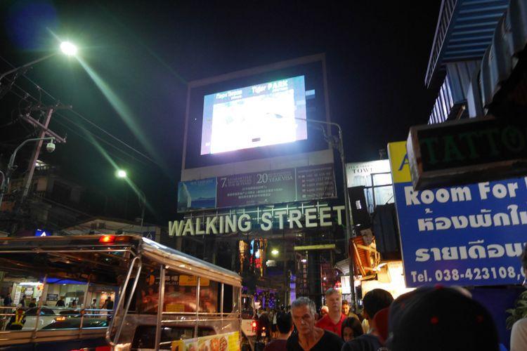 Malam hari  di Kota Pattaya, Thailand dapat menemukan banyak hiburan mulai dari hiburan, kuliner, dan belanja oleh-oleh.