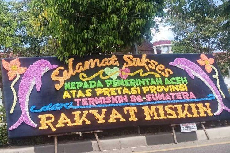 Pantauan KOMPAS. Com sejak Rabu (17/02/2021) di depan kantor Gubernur Aceh sepanjang Jalan Teuku Nyak Arief berjejer terpasang papan bunga ucapan selamat kepada Pemerintah Aceh sebagai bentuk sindiran kegagalan Pemerintah Aceh dalam menurunkan angka kemiskinan di Aceh tertinggi di Sumatera sejak beberapa tahun terakhir ini.