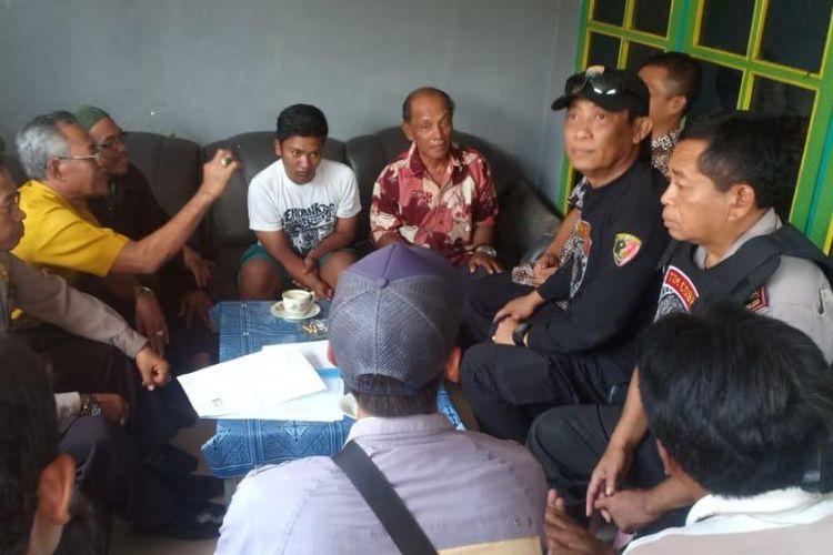 Polisi mendatangi rumah murid yang dianiaya guru.