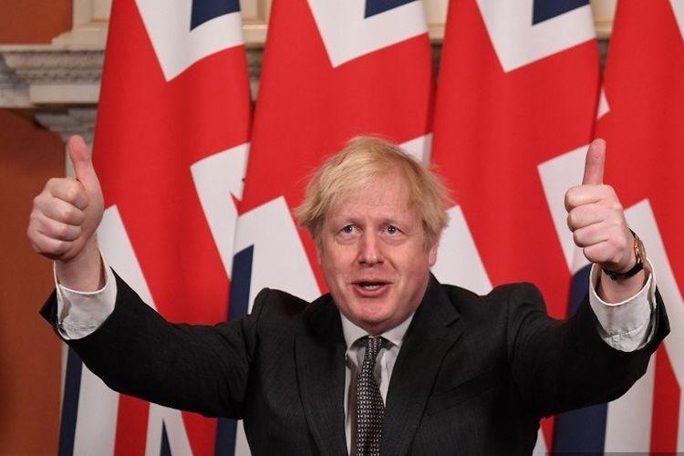 Perdana Menteri Inggris Boris Johnson memberikan acungan jempol ganda setelah menandatangani Perjanjian Perdagangan dan Kerjasama antara Inggris dan Uni Eropa, kesepakatan perdagangan Brexit, pada 30 Desember 2020.