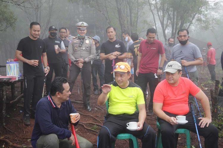 Menteri Dalam Negeri Tito Karnavian menikmati secangkir kopi di atas puncak Gunung Siwang di Kecamatan Nusaniwe Ambon, Jumat (24/7/2020)