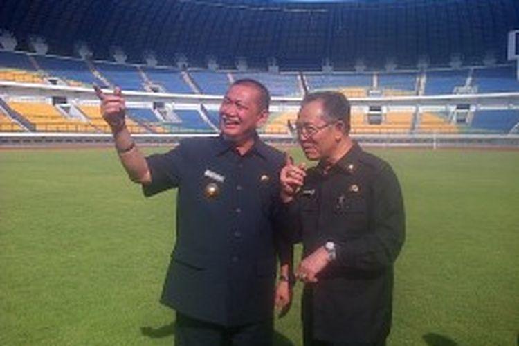 Wakil Gubernur Jawa Barat Dedy Mizwar bersama Wali Kota Bandung Dada Rosada mengunjungi Stadion Gelora Bandung Lautan Api (GBLA) yang terletak di Kelurahan Rancanumpan, Kecamatan Gedebage Kota Bandung, Senin (24/6/2013).