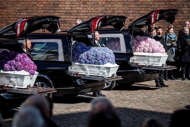Para pelayat berdiri di dekat peti mati  pada upacara pemakaman tiga anak taipan Denmark Anders Holch Povlsen, yang menjadi korban serangan bom bunuh diri di Sri Lanka pada 21 April 2019. Mereka dimakamkan di Katedral Aarhus di Aarhus, Denmark, pada Sabtu (4/5/2019). (Reuters/Ritzau Scanpix)