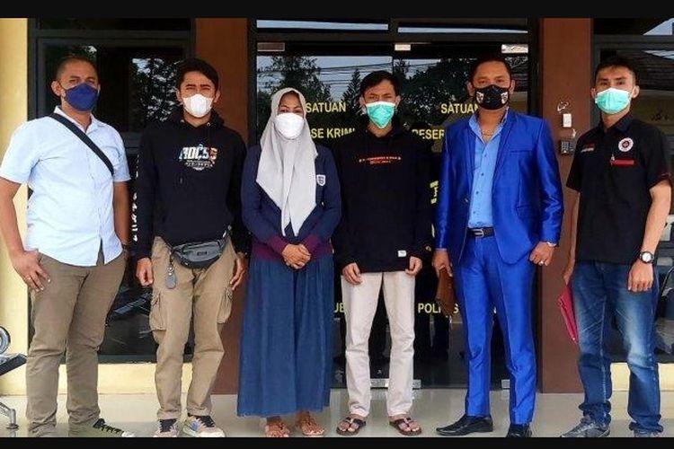 Istri muda Yosef, M, berserta tim penasihat hukumnya saat jalani pemeriksaan di Mapolres Subang pada Senin (23/8/2021) dalam kasus pembunuhan ibu anak di Subang.