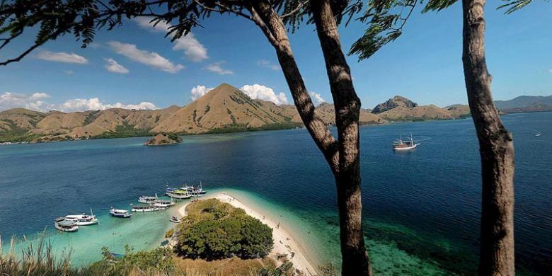 Panorama di Pulau Kelor, Manggarai Barat, Nusa Tenggara Timur.