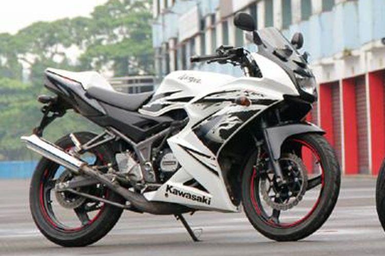 Kawasaki Ninja RR Mono (kanan) VS Ninja 150 RR.