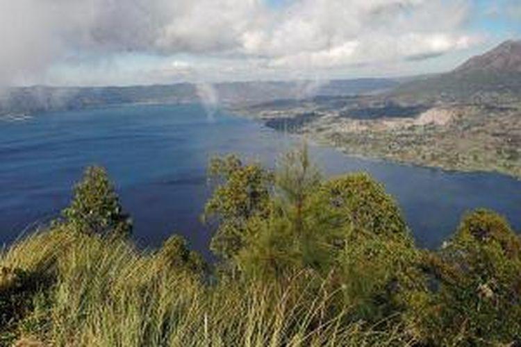 Panorama Danau Batur dan Gunung Batur dilihat dari puncak Kaldera Batur atau disebut juga double view di Desa Hulun Danu, Kecamatan Kintamani, Kabupaten Bangli, Bali.