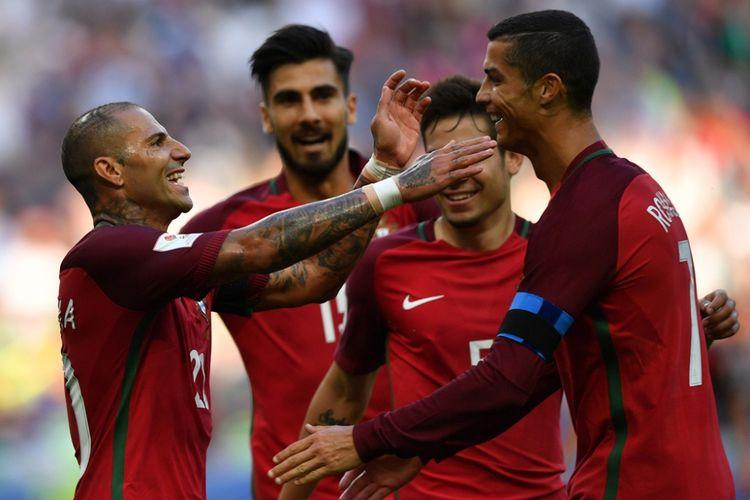 Penyerang Portugal, Ricardo Quaresma (kiri), merayakan gol dengan Cristiano Ronaldo (kanan) saat melawan Meksiko pada partai Piala Konfederasi di Kazan Arena, Minggu (18/6/2017).