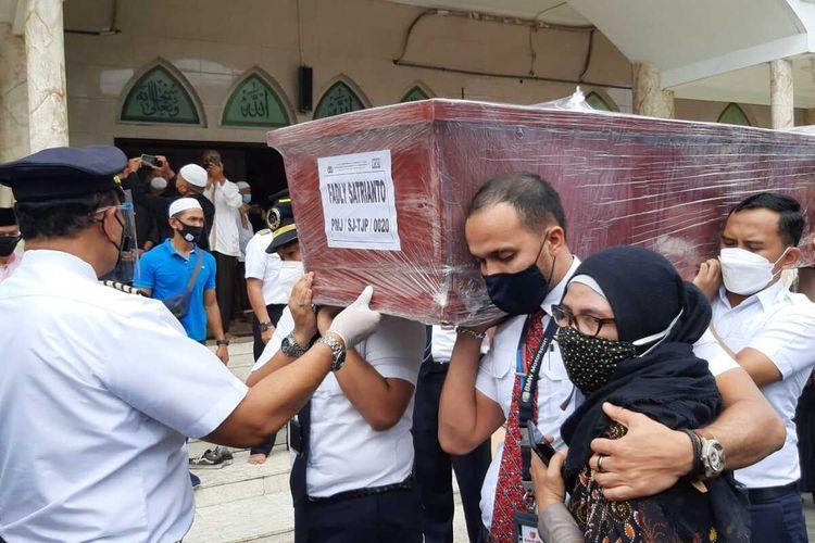 Kotak Jenazah Co Pilot korban kecelakan Sriwijaya Air SJ180 Fadly Satrianto diangkat untuk dibawa ke pemakaman, Jumat (15/1/2021).
