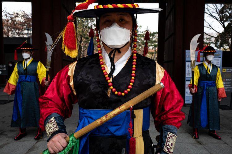 Walikota Seoul melarang pertemuan publik setelah lonjakan infeksi virus corona di Korea Selatan menjadi 204 kasus China.  EPA-EFE/JEON HEON-KYUN