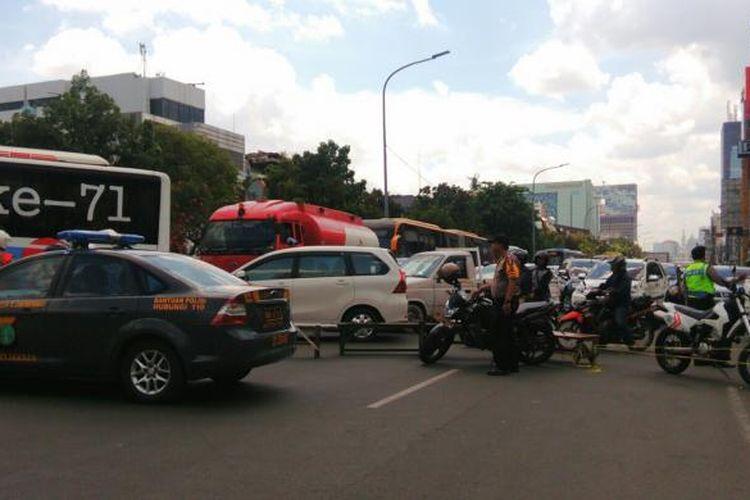 Lalu lintas di Jalan Gajah Mada dialihkan akibat kebakaran yang terjadi di tempat karaoke Hotel Grand Paragon, Taman Sari, Jakarta Barat. Kendaraan dari arah Harmoni menuju Kota dialihkan di jalur berlawanan di Jalan Hayam Wuruk. Senin (2/1/2017)