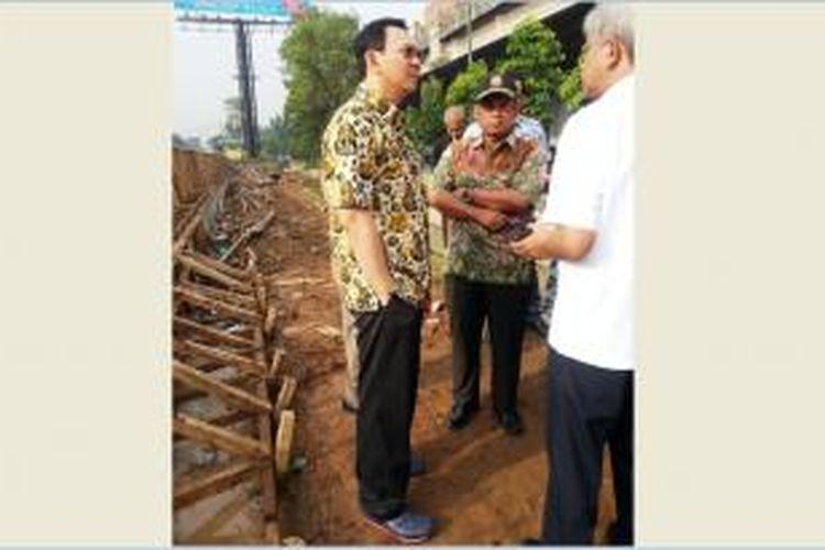 Gubernur DKI Jakarta Basuki Tjahaja Purnama meninjau pengerjaan Tanggul Kali Sunter, Kamis (12/2/2015).