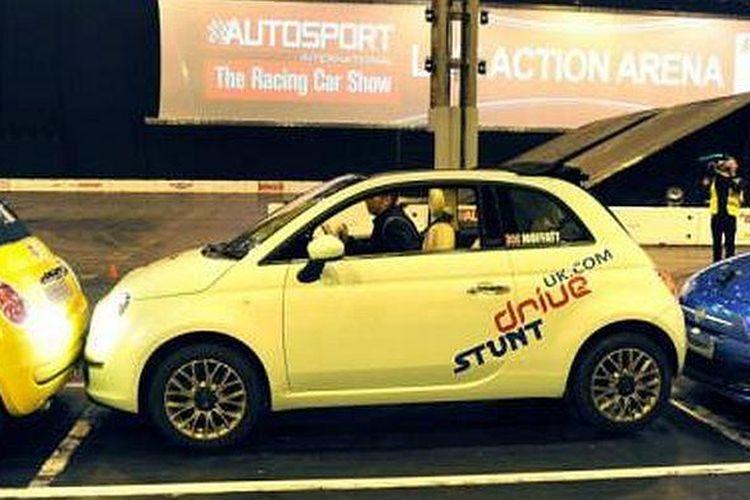 Aksi memecahkan rekor parkir paralel dengan Fiat 500C