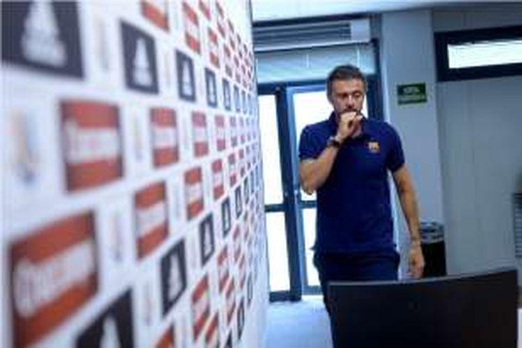 Pelatih Barcelona, Luis Enrique, memasuki ruang jumpa pers untuk berbicara tentang ajang Joan Gamper, 16 Agustus 2016.