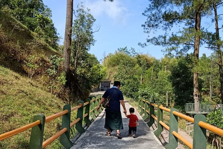 Wisata di Obyek Wisata Alam (OWA) Kali Kuning di area Taman Nasional Gunung Merapi.