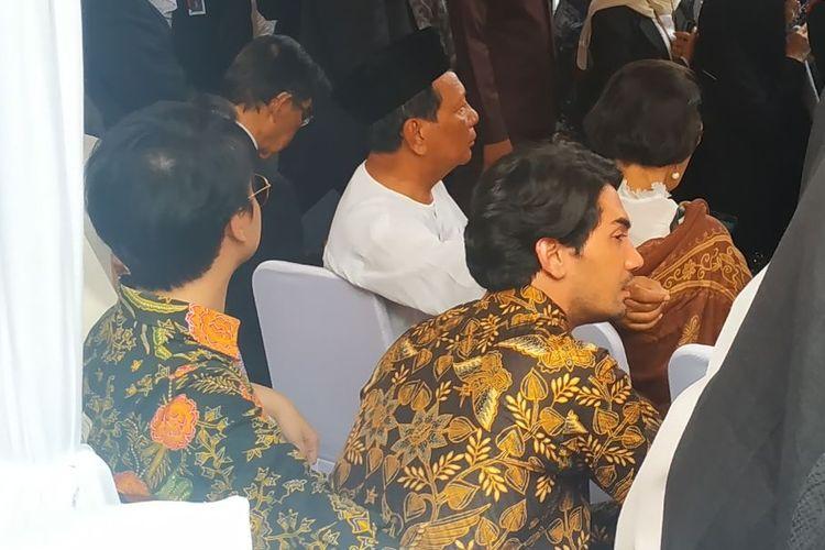 Aktor Reza Rahardian tak kuasa menyembunyikan kesedihannya menyaksikan BJ Habibie dikebumikan di Taman Makam Pahlawan Kalibata, Jakarta Selatan, Kamis (12/9/2019) siang.