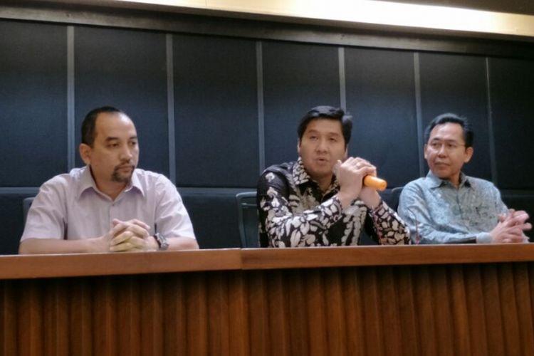 Ketua Steering Committee (SC) Piala Presiden 2018 Maruarar Sirait (tengah) dan Direktur Utama Pusat Pengelola Kompleks Gelora Bung Karno Winarto di Kompleks GBK, Senayan, Jakarta Pusat, Senin (19/2/2018).
