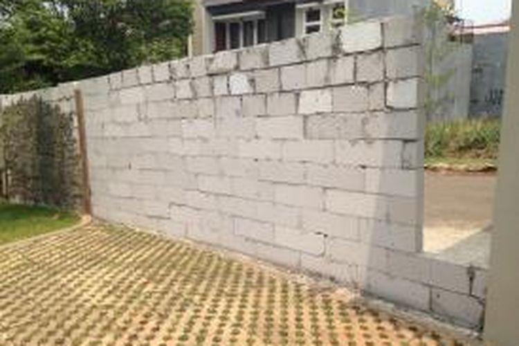 Rumah milik Denny (41) yang masih ditutup oleh tembok di Perumahan Bukit Mas Bintaro, Pesanggrahan, Jakarta Selatan, Jumat (6/11/2015). Hanya ada celah kecil untuk akses keluar-masuk orang.