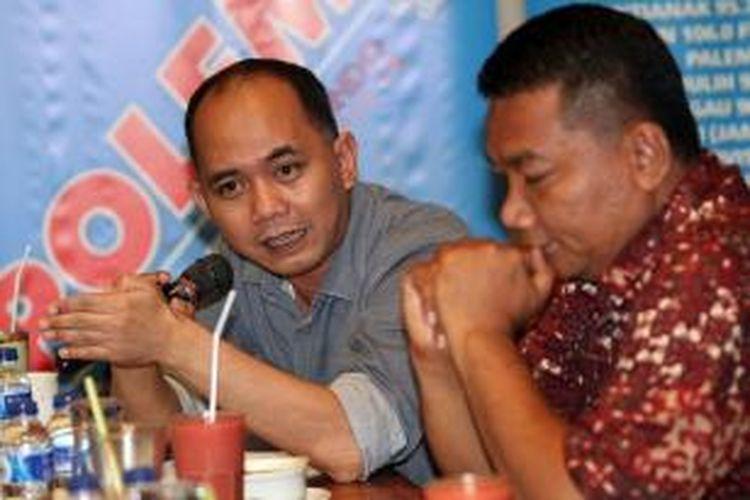 Ikhsan Modjo (kiri) dan Sekjen Konfederasi Serikat Pekerja Indonesia Muhammad Rusdi (kanan) berdiskusi dalam acara Polemik Buruh Mengeluh Pengusaha Berpeluh, di Jakarta, Sabtu (2/11/2013). Diskusi tersebut mengupas tentang tuntutan buruh yang menginginkan peningkatan nilai Upah Minimum Provinsi (UMP) .