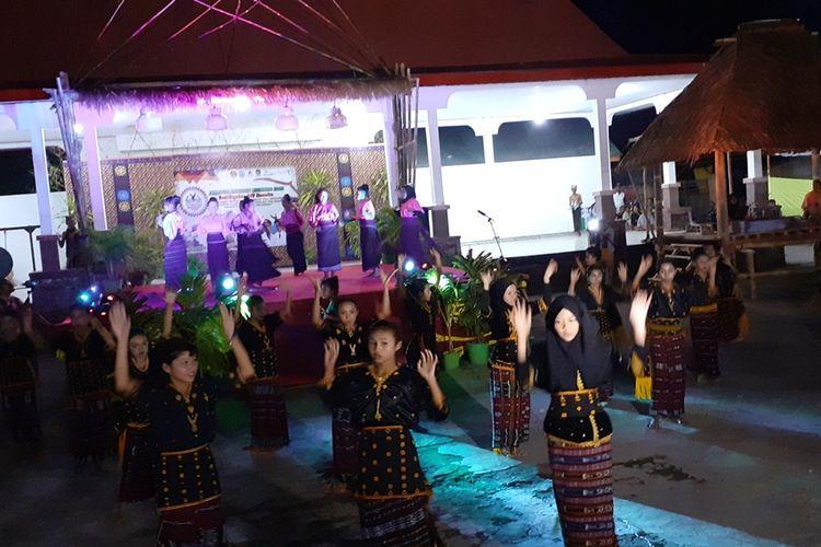 Festival Literasi Nagekeo menampilkan tarian Kolosal Sedamane dan Musik Ndoto saat pembukaan Festival tersebut, Jumat, (27/9/2019) malam. (KOMPAS.com/MARKUS MAKUR)