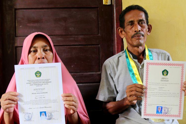Nurbayaini (50) dan Bukhari (50), orang tua almarhumah Rina Muharami mahasiswi UIN yang diwakili ayahnya saat mengikuti Wisuda di gedung Auditorium Ali Hasyimi, UIN Ar'Raniry Banda Aceh, Rabu (27/02/2018).