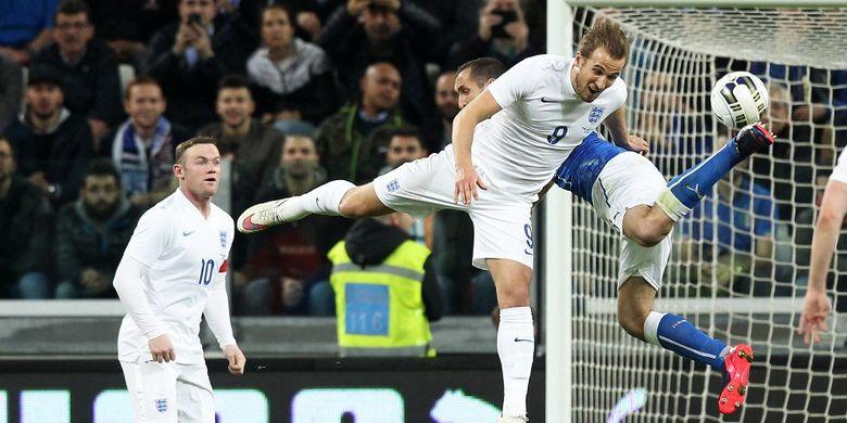 Kapten Italia Giorgio Chiellini berduel kontra ujung tombak timnas Inggris Harry Kane pada laga di Juventus Stadium, Turin, pada 31 Maret 2015.