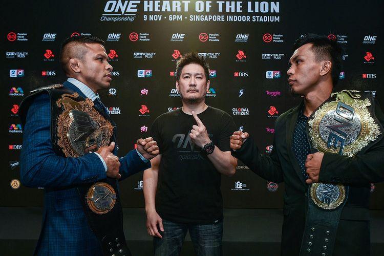 CEO ONE Championship, Chatri Sityodtong (tengah) di antara petarung MMA dari Brasil, Bibiano Fernandes (kiri) dan Kevin Belingon (Filipina) saat jumpa pers di Marina Bay Sands, Singapura, Rabu (7/11/2018).