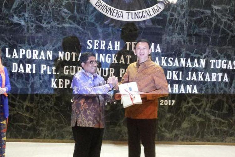 Acara serah terima laporan nota singkat pelaksanaan tugas dari Pelaksana Tugas (Plt) Gubernur DKI Jakarta Sumarsono kepada gubernur petahana Basuki Tjahaja Purnama Balai Kota, Sabtu (11/2/2017) sore.
