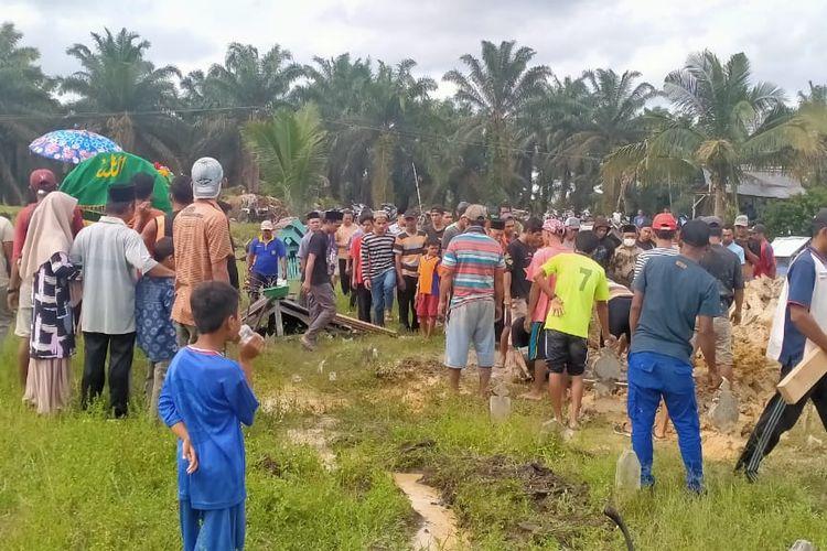Tampak masyarakat Desa Catur Rahayu, Kecamatan Dendang berkumpul di tepi sungai saat penemuan jenazah Sugiyanti yang berada dimulut buaya, jenazahnya baru dilepas buaya setelah disentrum warga