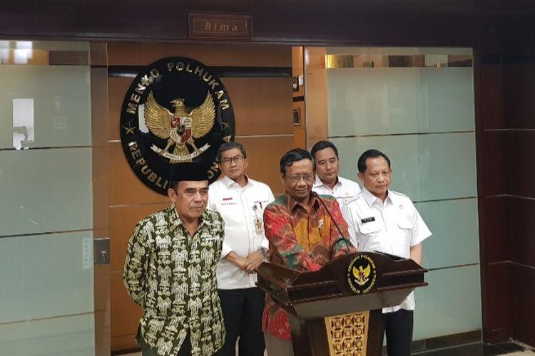 Menkopolhukam Mahfud MD didampingi Menag Fachrul Razi dan Mendagri Tito Karnavian saat memberikan keterangan pers di kantor Kemenkopolhulam, Jalan Medan Merdeka Barat, Jakarta Pusat, Kamis (27/11/2019).