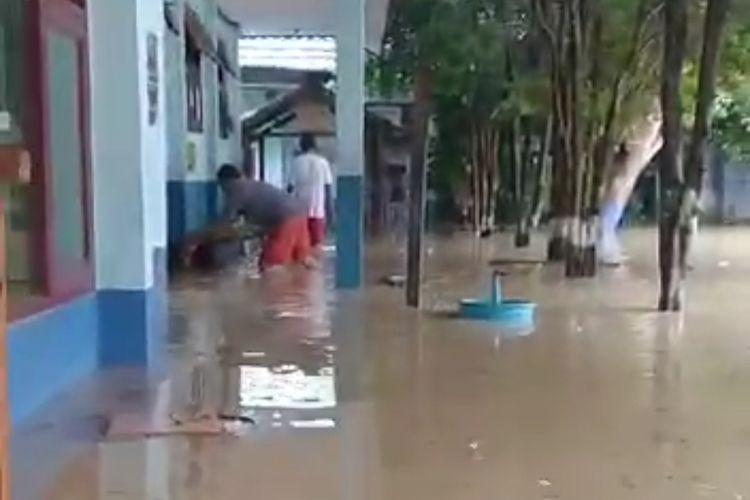 Banjir yang genangi Gedung SMP 24 Samarinda di Kelurahan Bukit Pinang, Samarinda, Kaltim, Jumat (2/7/2021).