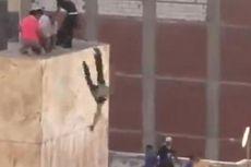 Pemuda Dilempar dari Atap karena Rayakan Mursi Terguling