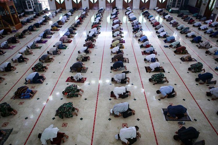 Sejumlah umat Islam melaksanakan shalat Jumat berjamaah dengan menerapkan jaga jarak fisik di Masjid Al Amjad, Tigaraksa, Kabupaten Tangerang, Banten, Jumat (5/6/2020). Masjid tersebut kembali menggelar shalat Jumat dengan menerapkan protokol kesehatan pencegahan penyebaran COVID-19 menjelang penerapan tatanan hidup normal baru di Tangerang Raya. ANTARA FOTO/Fauzan/wsj.