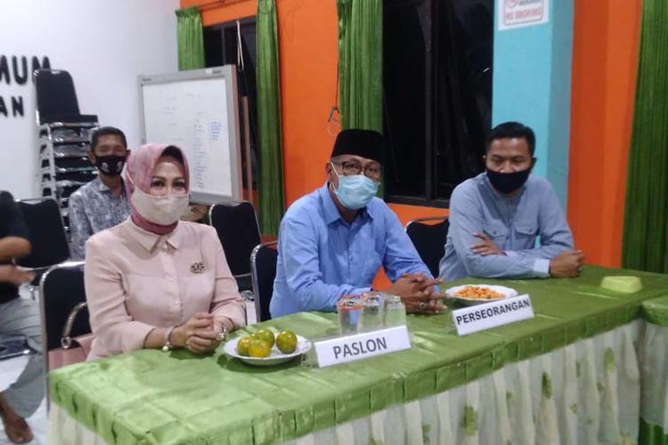 Suhandoyo (memakai kopyah) saat mengunjungi kantor KPU Lamongan dalam proses pergantian pasangan calon wakil bupatinya, dari Muhammad Suudin kepada Astiti Suwarni, Rabu (16/9/2020).