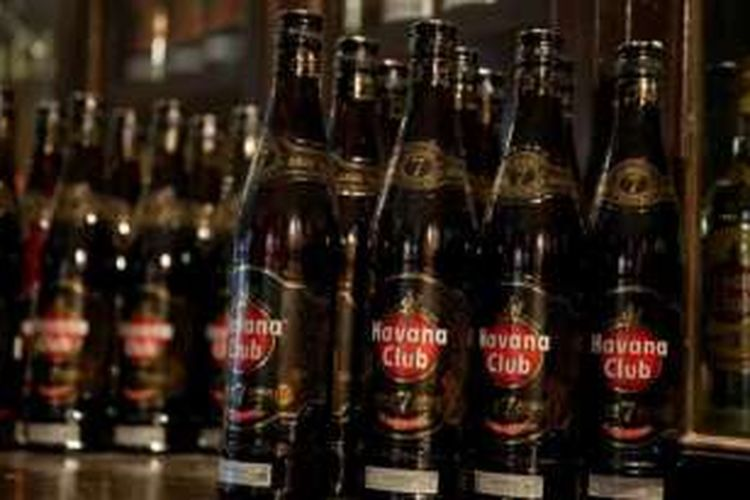 Rum, minuman keras khas Kuba.