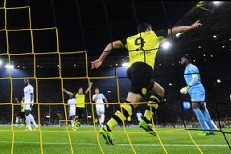 Penyerang Borussia Dortmund, Robert Lewandowski saat mencetak gol ke gawang Marseille pada matchday kedua Grup F Liga Champions di Stadion Signa Iduna Park, Selasa atau Rabu (2/10/2013) dini hari WIB.