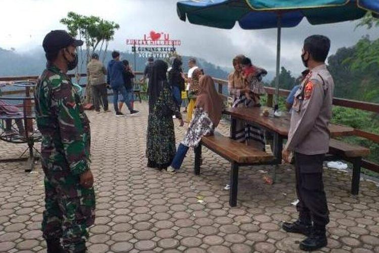 Polisi dan TNI siaga di destinasi wisata Gunung Salak, Aceh Utara, Sabtu (26/12/2020)