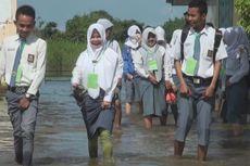 Siswa SMA di Ogan Ilir Mengikuti Ujian Nasional di Tengah Banjir